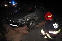 V Hutisku bouralo auto do svodidel, řidič se zranil