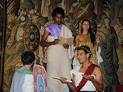 Studenti meziříčského gymnázia převedli do živého obrazu výjev ze 400 let starého gobelínu znázorňujícího císaře Konstantina Velikého. Unikátní tapiserii obnovili restaurátoři v Moravské gobelínové manufaktuře ve Valašském Meziříčí.