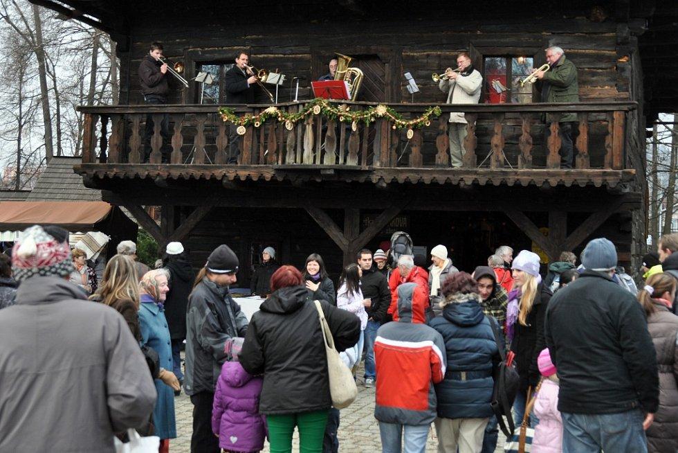 Ve Valašském muzeu v přírodě v Rožnově pod Radhoštěm se v sobotu 14. prosince uskutečnil tradiční Vánoční jarmark.