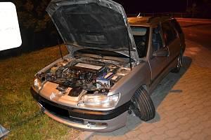 Osobní vůz Peugeot, s nímž osmnáctiletý řidič ze Vsetínská v sobotu 13. července 2019 havaroval na okružní křižovatce v centru Vsetína. Po nehodě mladý šofér nadýchal 1,34 promile.