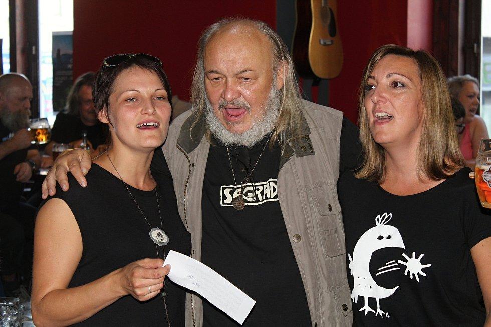Klip k písničce Když jsem se narodil, která bude na druhé sólové desce, se František Segrado rozhodl natočit ve vsetínském klubu Tři opice.