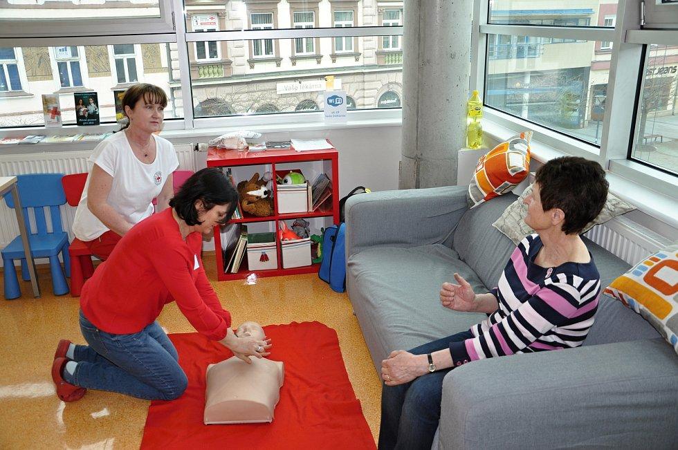 Návštěvníci Dne zdraví v Masarykově veřejné knihovně ve Vsetíně mohli absolvovat základní vyšetření, poradit se s fyzioterapeutkou nebo si zkusit masáž srdce; Vsetín, čtvrtek 5. dubna 2018