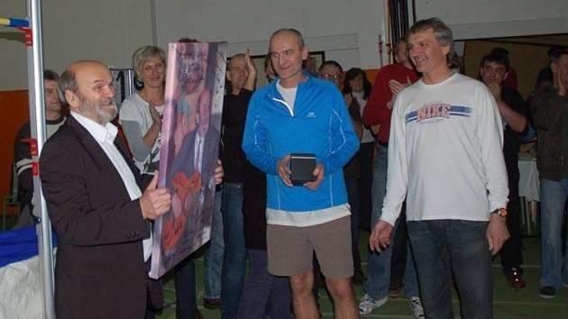 Jan Kocián dostal od svých spolupracovníků z Valašské laťky památeční dárky.