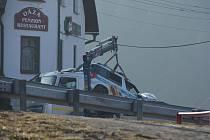 Po honičce kolem přehrady narazila řidička Volkswagenu i policejní auto v úterý dopoledne do zdi penzionu. Auta odvezla odtahovka.