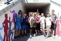 Žáci osmých tříd ZŠ Horní Lideč se před koncem školního roku 2016/2017 pustili do malování nedávno otevřeného železničního podchodu pro chodce v Horní Lidči.