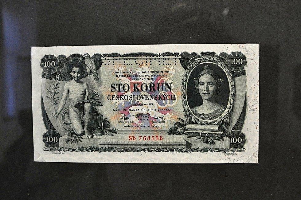 Kromě historických interiérů a cenných sbírkových předmětů čeká návštěvníky Zámku Lešná také výstava historických mincí, bankovek a jiných platidel.