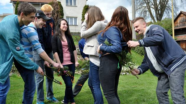 Šmigrust na Valašsku se tradičně vedle pletených tatarů či březových metliček neobejde ani bez větviček jalovce.