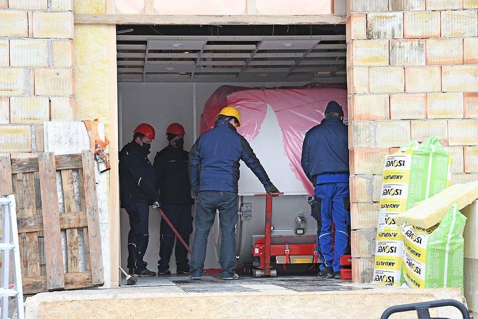 Stěhování nové magnetické rezonance do Nemocnice AGEL Valašské Meziříčí. Stavební práce si vyžádali investici ve výši téměř 9 miliónů korun, samotný přístroj 16,8 miliónu korun.