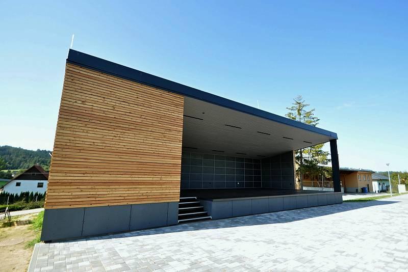 Vidče - nové pódium v rekonstruovaném sportovně-kulturním areálu.