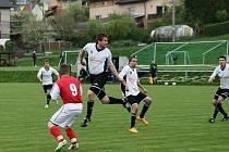 Fotbalisté Zašové (modré dresy) v pátek 1. května doma prohráli s Valašskou Polankou 0:5.