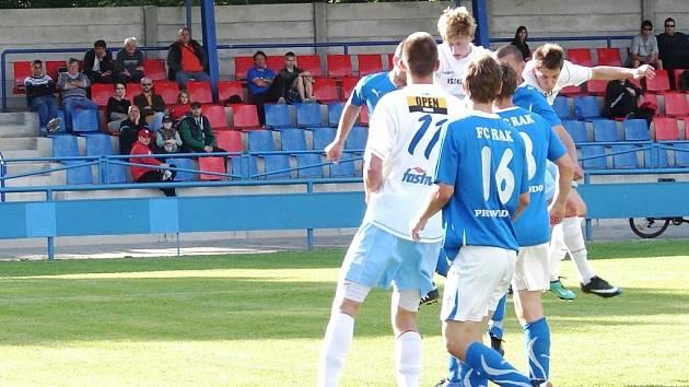 V dohrávce 18. kola krajského přeboru Vsetín (bílé dresy) porazil Provodov 3:0.
