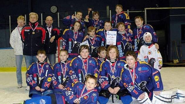 Tým mladších žáků HC Bobři Valašské Meziříčí na Jarním turnaji porazil všechny soupeře a po zásluze si vybojoval pohár pro vítězný tým.