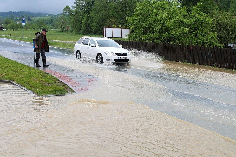 Velká voda potrápila hasiče 22. května 2019 v Huslenkách. Pod vodou byla část silnice, voda se rozlila do zahrad.