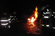 Ze zaparkovaného vozidla se plameny rozšířily i na dřevěný přístřešek