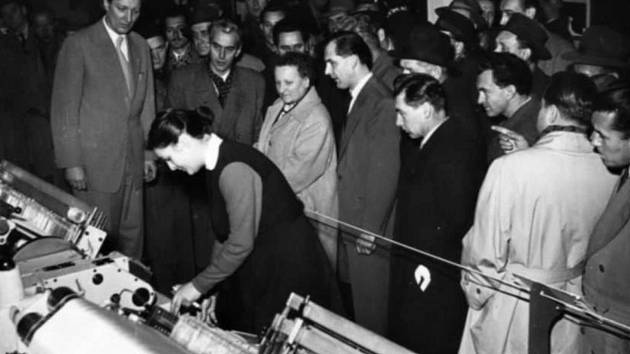V roce 1961 byla vyrobena ověřovací série osmadvaceti kusů strojů k výrobě lehčích látek. Výroba si vyžádala otevření nových hal.