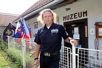 Muzeum Letecké bitvy nad Bílými Karpaty v Šanově. Michael Žitník před muzeem.