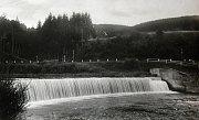 BRADOVSKÝ SPLAV. Při regulaci Vsetínské Bečvy byl v roce 1923 zbudován na řece splav. Stal se cílem rekreantů ze širokého okolí. V šedesátých letech minulého století v jeho blízkosti vybudovali turisté autokempink, který má dneska mimořádnou oblíbenost.