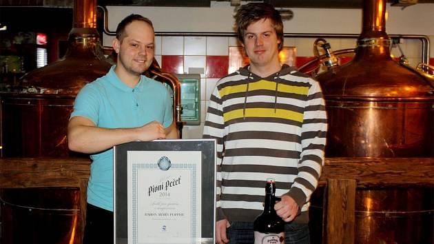 Sládek Rožnovského pivovaru Petr Kubín (vlevo) a podsládek Martin Věžník s certifikátem Stříbrná pivní pečeť a oceněným pivem Popper.