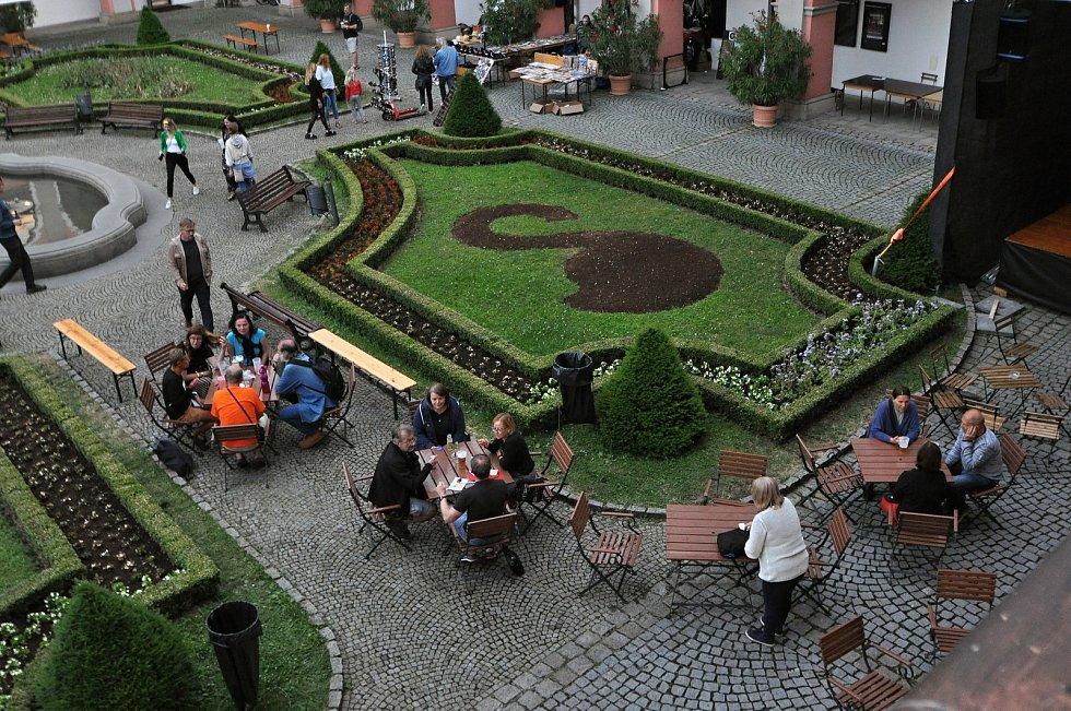 Návštěvníci 39. Valašského špalíčku se občerstvují na I. nádvoří zámku Žerotínů ve Valašském Meziříčí; sobota 26. června 2021