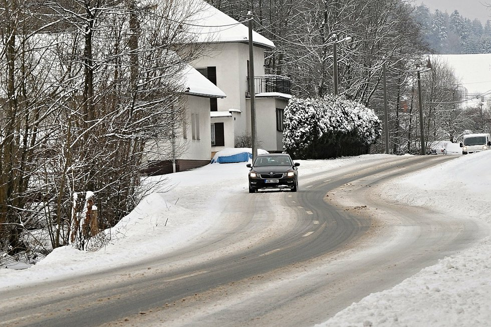 Na silnici v Hošťálkové na Vsetínsku ležely v pondělí dopoledne zbytky rozježděného sněhu.