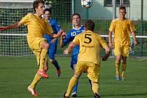 Fotbalisté Velkých Karlovic (ve žlutém). Ilustrační foto.