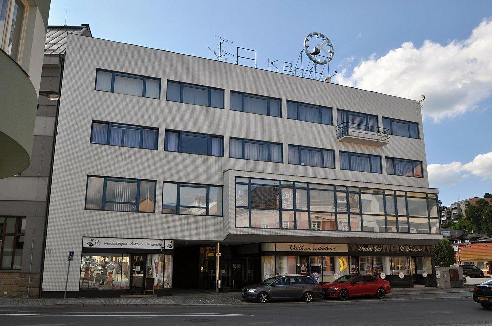 Vsetín - funkcionalistická budova navržená pro někdejší Městskou spořitelnu předními moravskými architekty Ludvíkem Hilgertem a Antonínem Tenzerem z roku 1938.