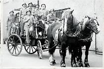 HASIČI.Dodnes mají zašovští hasiči takzvanou koňku a aktivně s ní vystupují. Foto je ze svatby Jarmily Rypelové.