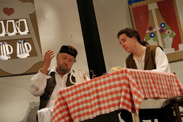 V pátek 4. dubna zahájil v Hovězí festival Dny valašského divadla. Na snímku ochotníci z Velkých Karlovic