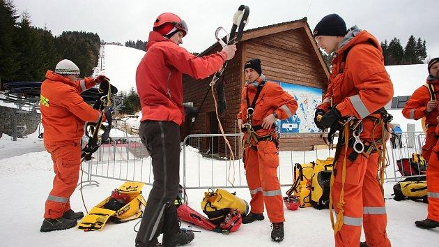 Hasičské cvičení záchrana lidí z lanovky v lyžařském středisku Kohútka