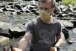 Miroslav Kubín z Agentury ochrany přírody a krajiny, Správy CHKO Beskydy, sbírá uhynulé raky, které v řece Bečvě v Prostřední Bečvě zahubil račí mor; duben 2020