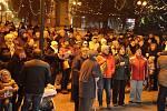 Na náměstí v Rožnově pod Radhoštěm se ve středu 11. prosince 2019 tradiční akce Česko zpívá koledy zúčastnilo několik stovek lidí. Zahrála Cimbálová muzika Valašsko.
