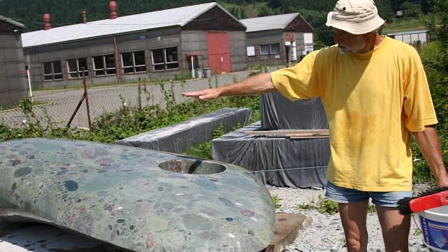 Sochař vyrábí planetku pro náměstí