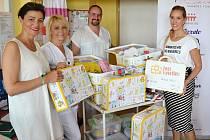Zástupkyně nadačního fondu LA VIDA LOCA předávají kufříky primáři novorozeneckého oddělení Nemocnice Valašské Meziříčí Liboru Slováčkovi a staniční sestře Ireně Stromšíkové.