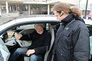 Vsetín zkouší elektromobil. Zástupce Asociace pro elektromobilitu České republiky (APEL) předal starostovi města Jiřímu Růžičkovi auto, které si budou moci zástupci města po dobu jednoho týdne vyzkoušet.