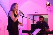 Vsetínská šansoniérka Kateřina Mrlinová pokřtila 13. června 2019 na vsetínském zámku debutové album s názvem Život je chlap. Na snímku s klavíristou Janem Ondruškem.