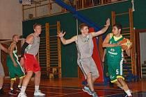 Valašské derby v oblastním přeboru basketbalistů: Jasenice B (zelené dresy) vs. Jameson Boys Val. Meziříčí.