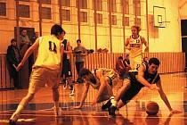 Juniorští basketbalisté Valašského Meziříčí U18 (žluté dresy) prohráli doma se Zlínem těsně 51:53.