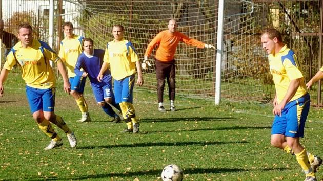Fotbalisté Byniny (žluté dresy).