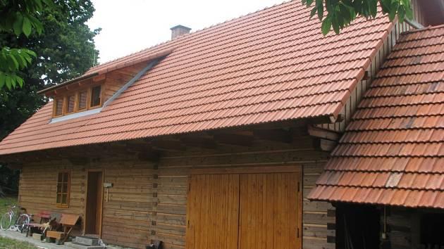 Obytná dřevěnice z roku 2004, nová stavba, doplňuje usedlost do původní trojstranné podoby. Ilustrační foto.