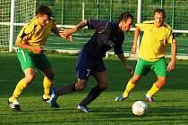 Fotbalisté Velkých Karlovic+Karolinky (ve žlutém).