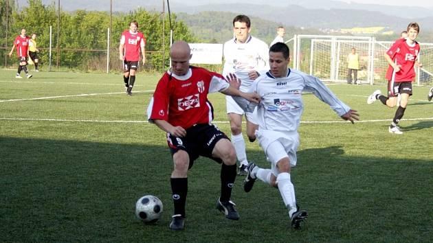 V utkání divize E prohráli fotalisté Valašského Meziříčí (v červeném Macíček) s Orlovou hokejovým výsledkem 5:6.