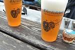 Speciální nápojové kelímky s logem festivalu připravené pro 25. ročník Amfolkfestu v Pulčíně u Francovy Lhoty; sobota 25. července 2020