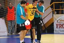 Martin Stržínek se zranil v utkání s Duklou Praha.