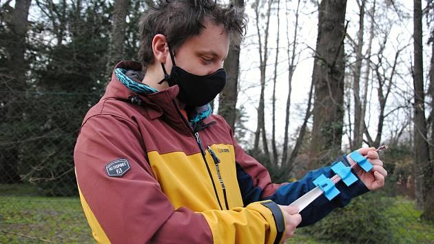 Frézař Jakub Pešek z Krhové se v době koronavirové krize přeorientoval na domácí výrobu zaváděčů pro šití roušek. Využívá své domácí 3D tiskárny.