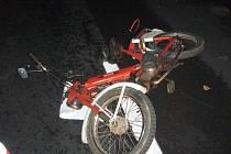 Střet nákladního auta a malého motocyklu žena nepřežila.