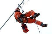 Hasičské cvičení záchrana lidí z lanovky v lyžařském středisku Kohútka.Na snímku hasič Petr Smilek ze Zlína.