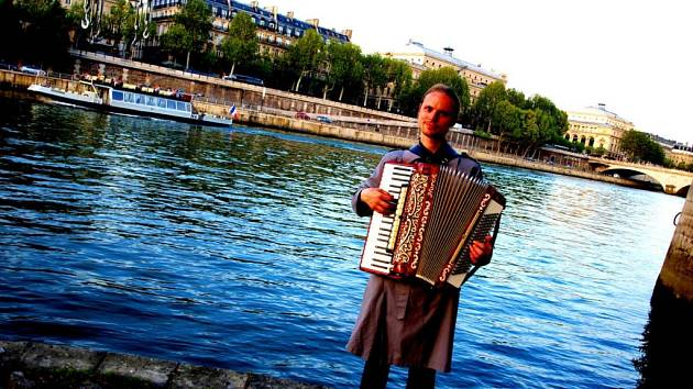 Na harmoniku nejraději hraje francouzské písně.  Na snímku je u řeky Seiny v Paříži.
