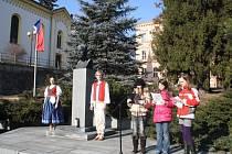 Ve Vsetíně uctili 162. výročí narození prvního československého prezidenta Tomáše Garrigue Masaryka. Písněmi akci doprovázel mužský pěvecký sbor Lumír. Vystoupila i trojice recitátorek ze ZŠ Ohrada.