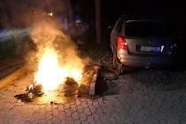 Požár kontejneru poškodil i poblíž stojící auto