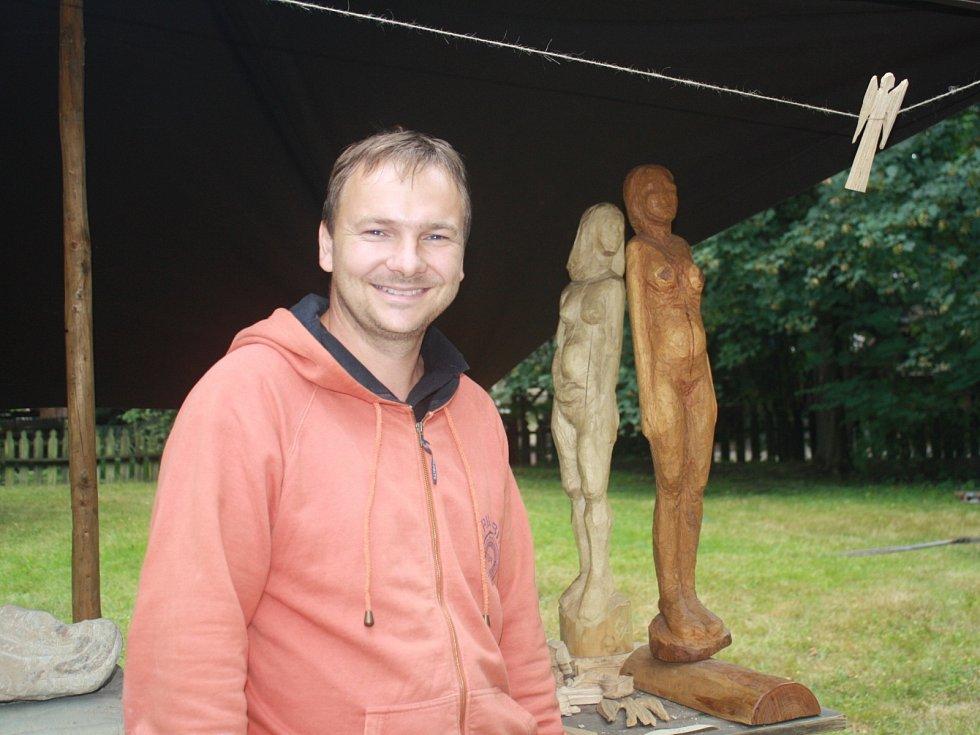 Sochař Martin Gaja z Hutiska Solanec vyřezává sochy ze dřeva, pracuje také s hlínou a kamenem.